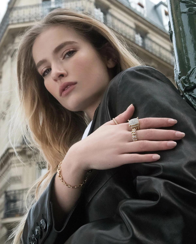 卡米尔·拉扎特佩戴高级珠宝品牌Dy Eden、Wheaton、Helena的戒指(戒指品牌从左到右排列),以及高级珠宝品牌Stax手链