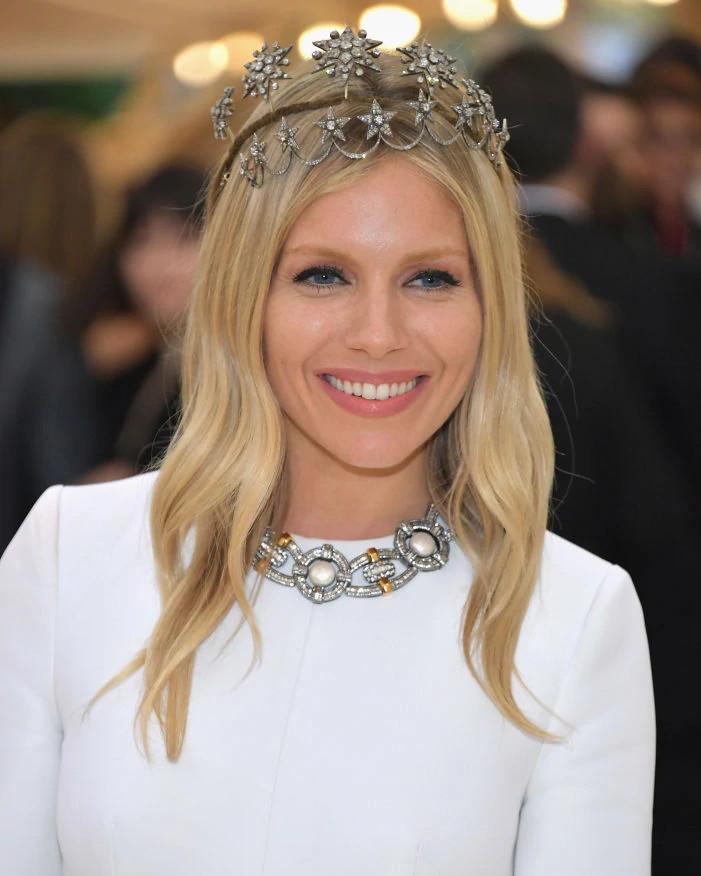 西耶娜·米勒叠戴弗雷德·莱顿的两顶复古天然钻石王冠