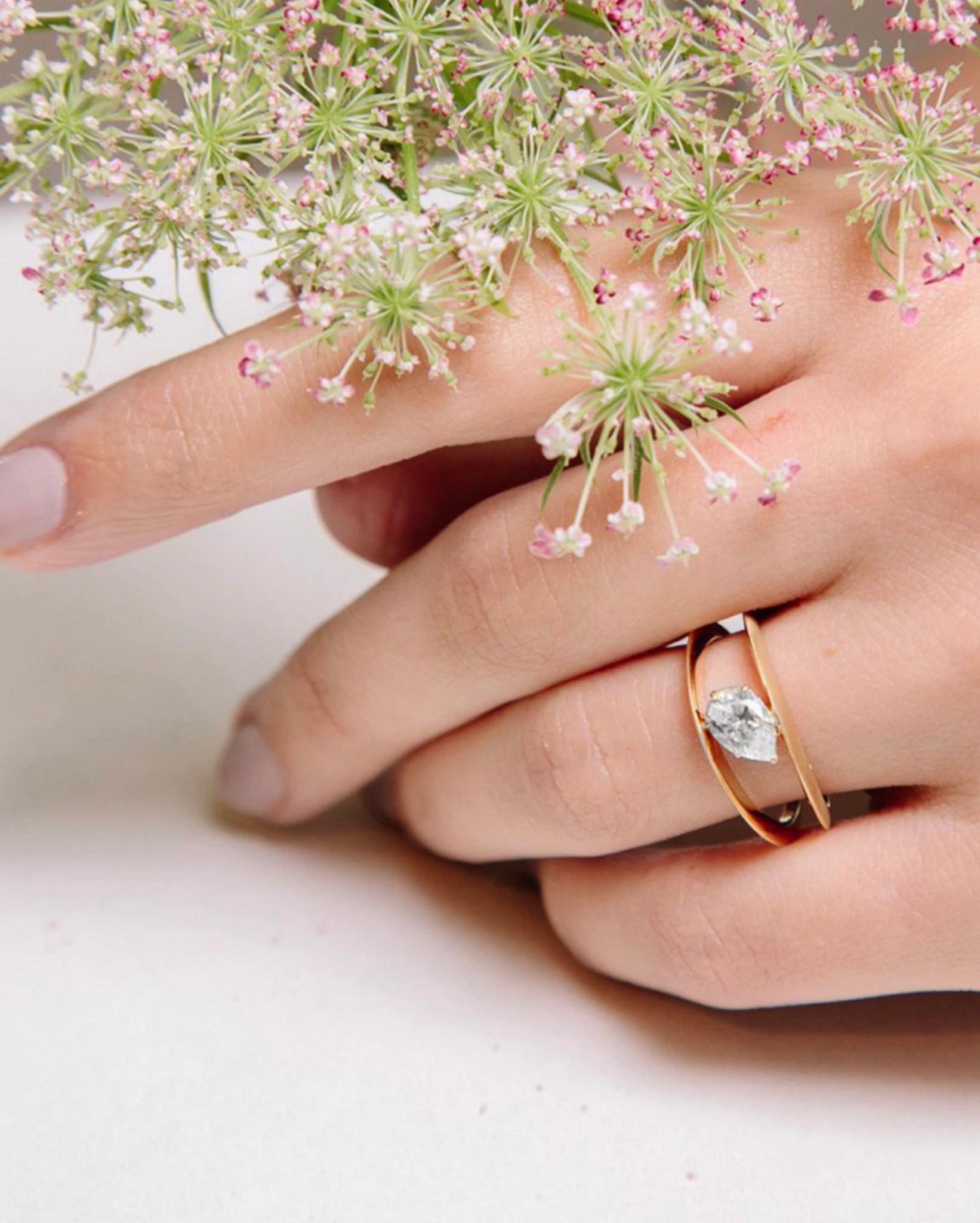 十月时装周的秋日风衣和天然钻石戒指