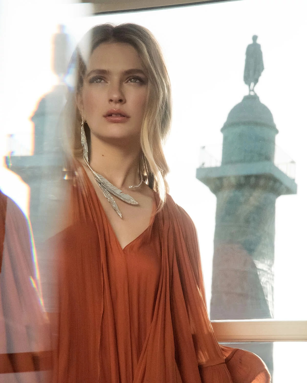 卡米尔·拉扎特佩戴高级珠宝品牌宝诗龙 (Boucheron) Plume de Jour系列耳环和项链