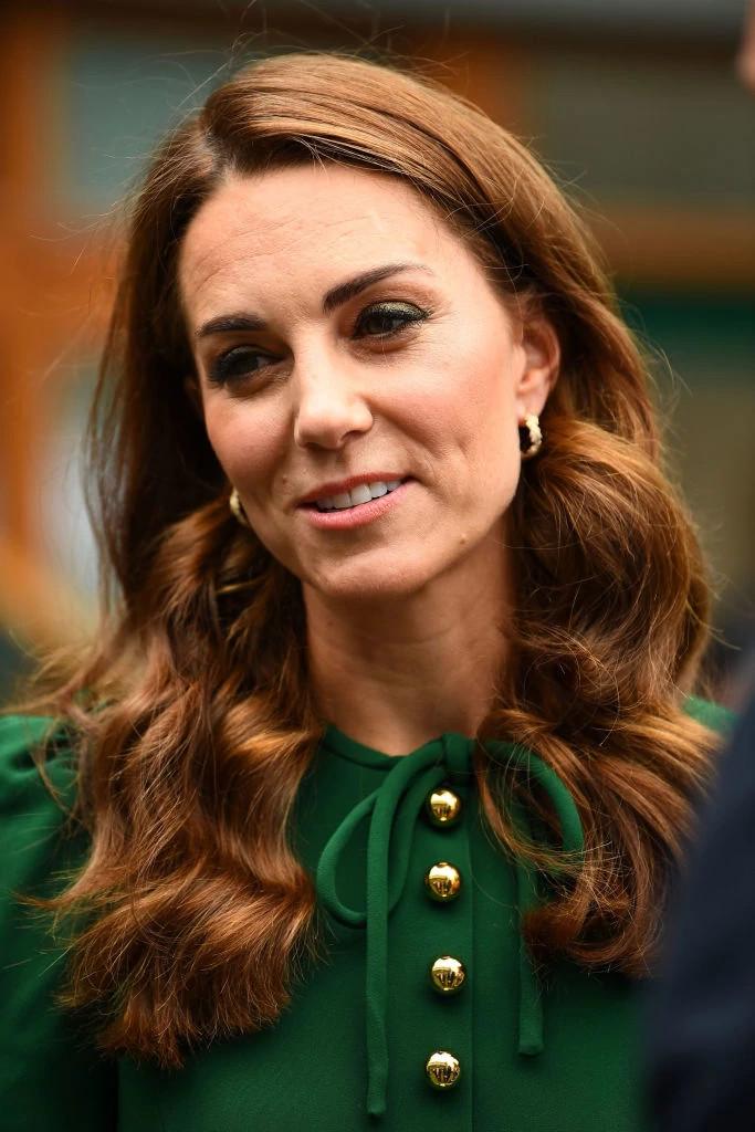 凯特王妃佩戴爱丝普蕾黄金镶钻耳环