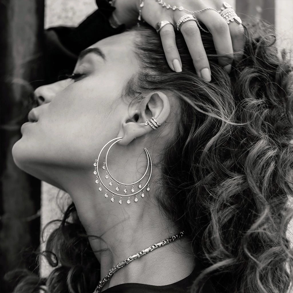 Jacquie Aiche佩戴月牙形轮廓垂挂天然钻石耳环