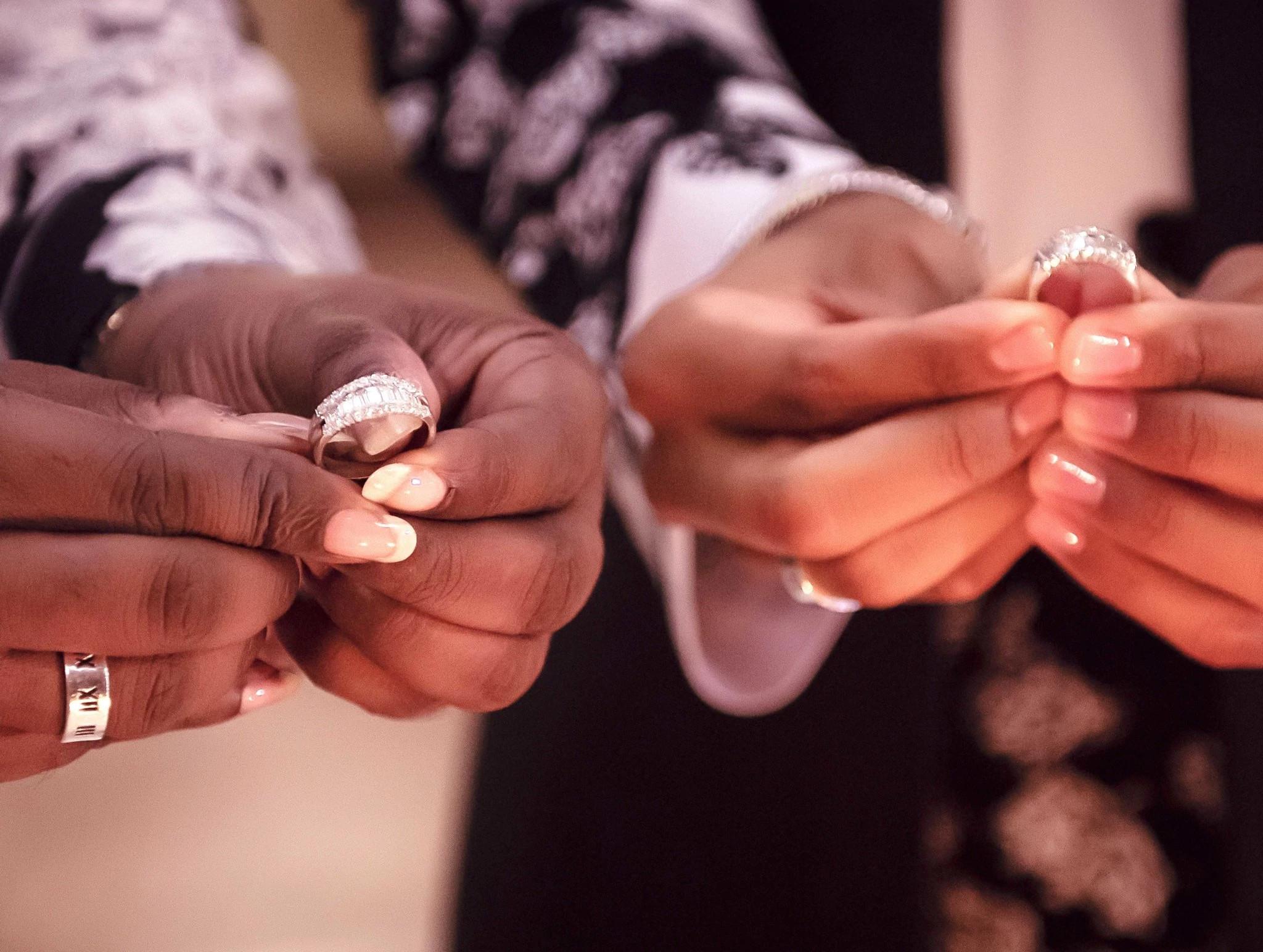 大卫和约翰尼的天然钻石结婚戒指
