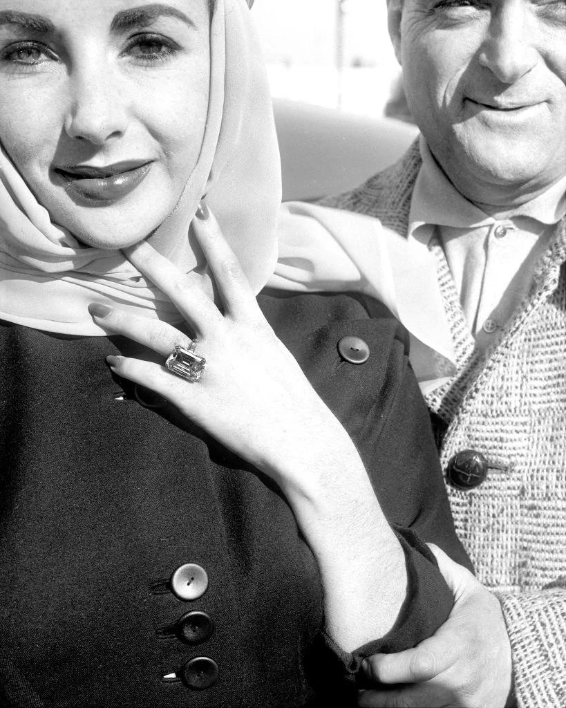 伊丽莎白·泰勒佩戴着迈克·托德所赠送的祖母绿切割天然钻石订婚戒指