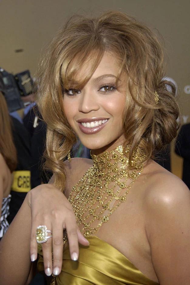 碧昂斯亮相2004年格莱美音乐颁奖典礼