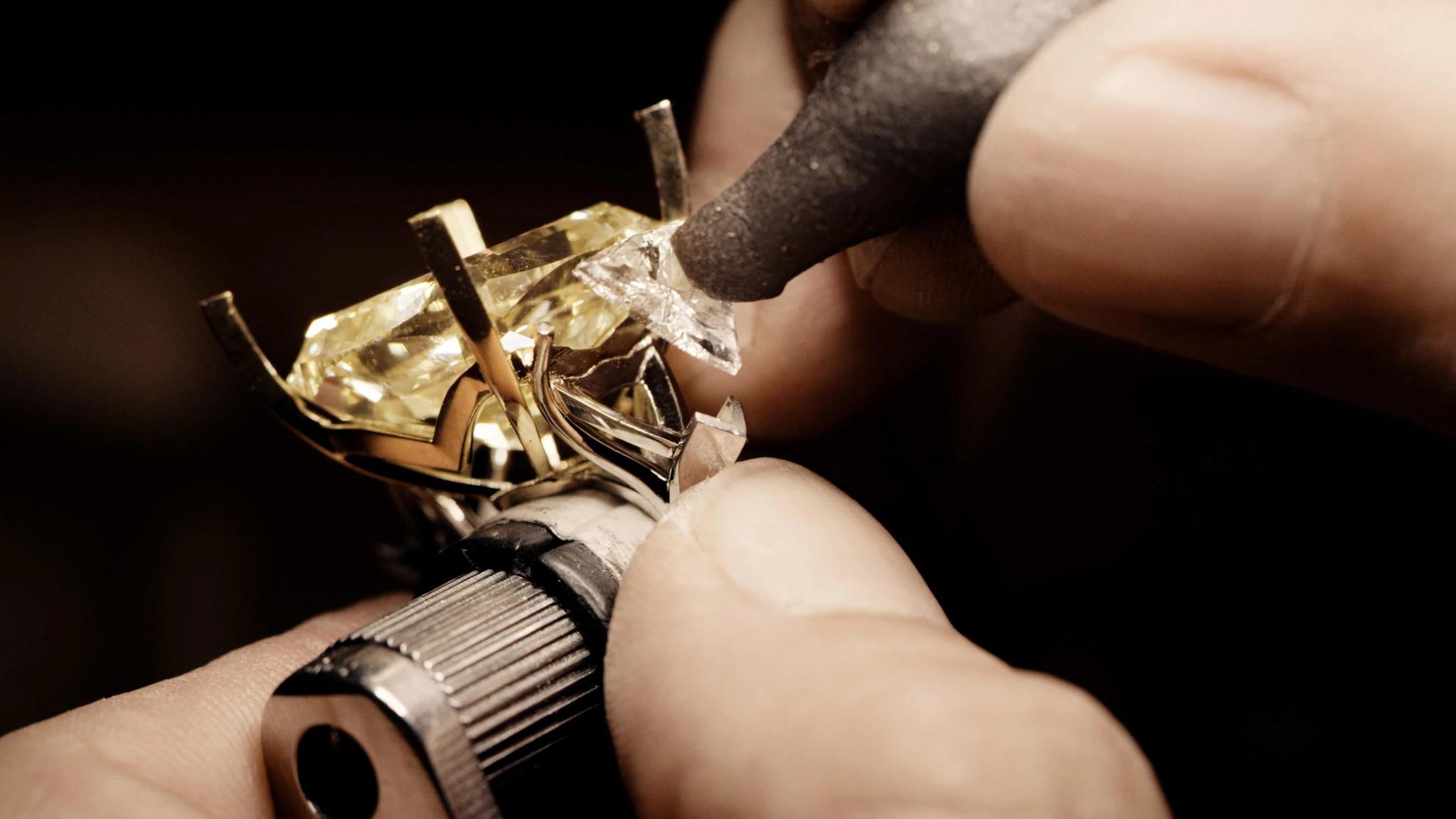黄色天然钻石戒指工作过程