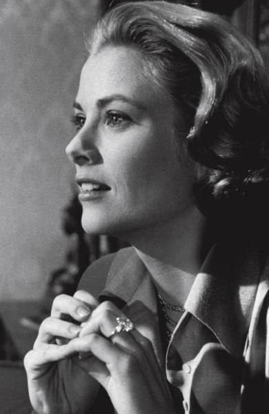 卡地亚(Cartier)广告里带着订婚戒指的格蕾丝·凯利(Grace Kelly)