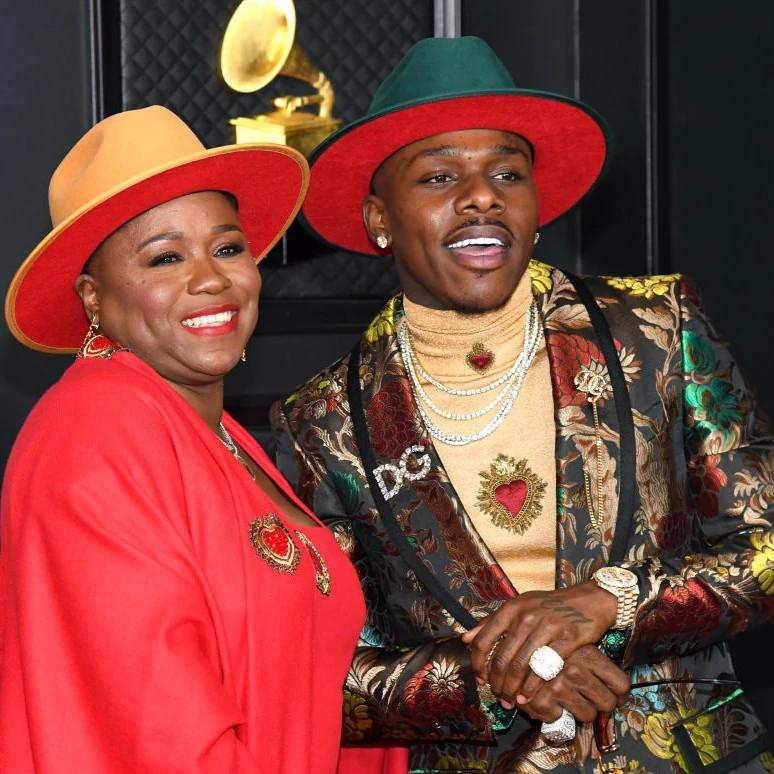 DaBaby(右)和他的母亲一起出席第63届格莱美颁奖典礼