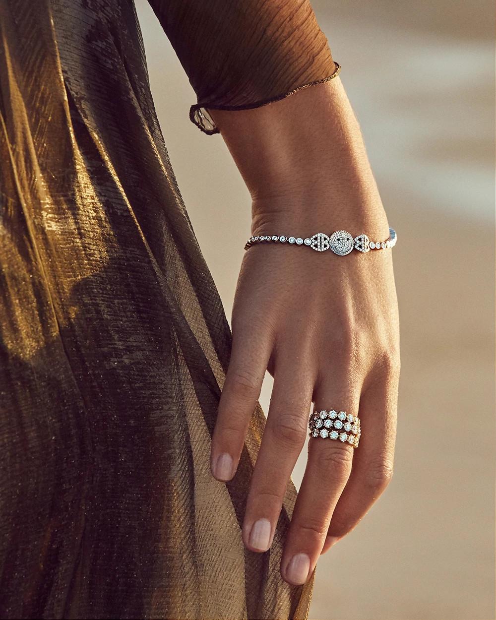 安娜佩戴Jade Trau Catherine Eternity No. 3 天然钻石戒指