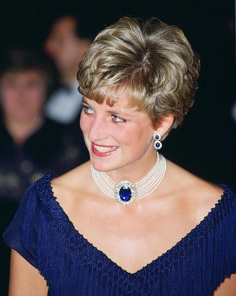 戴安娜王妃佩戴着蓝宝石配以天然钻石的珍珠颈链