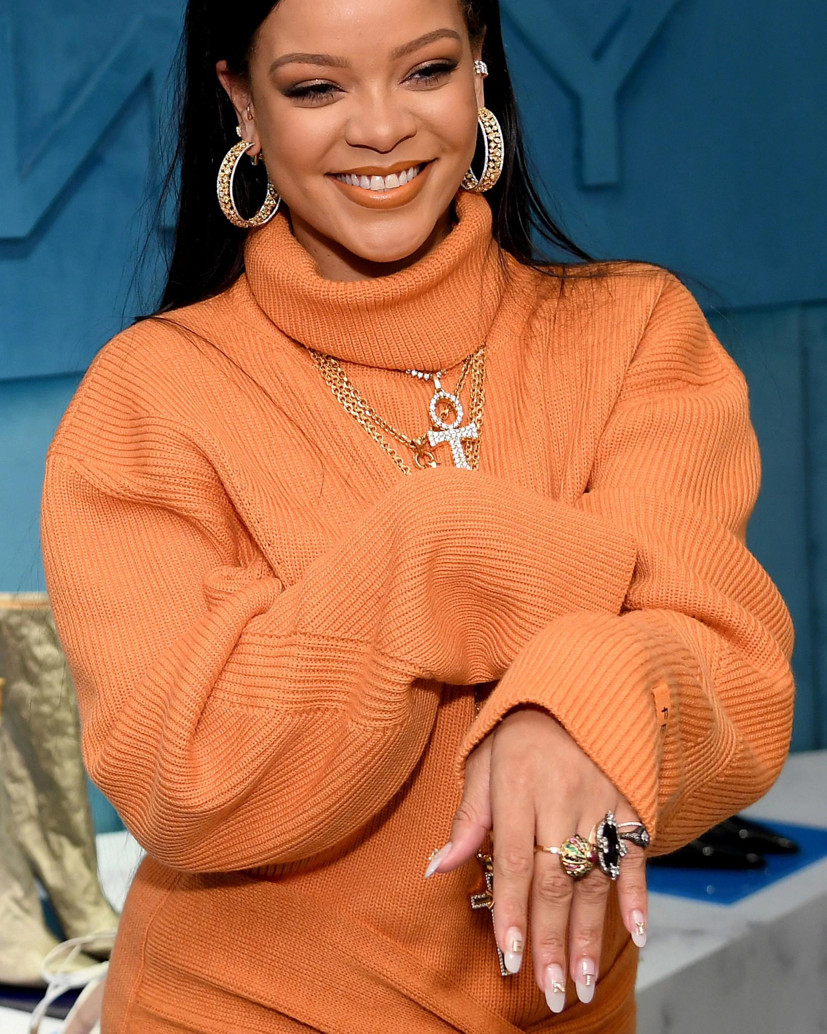 蕾哈娜佩戴三叠式天然钻石耳饰和18K金天然钻石尾戒