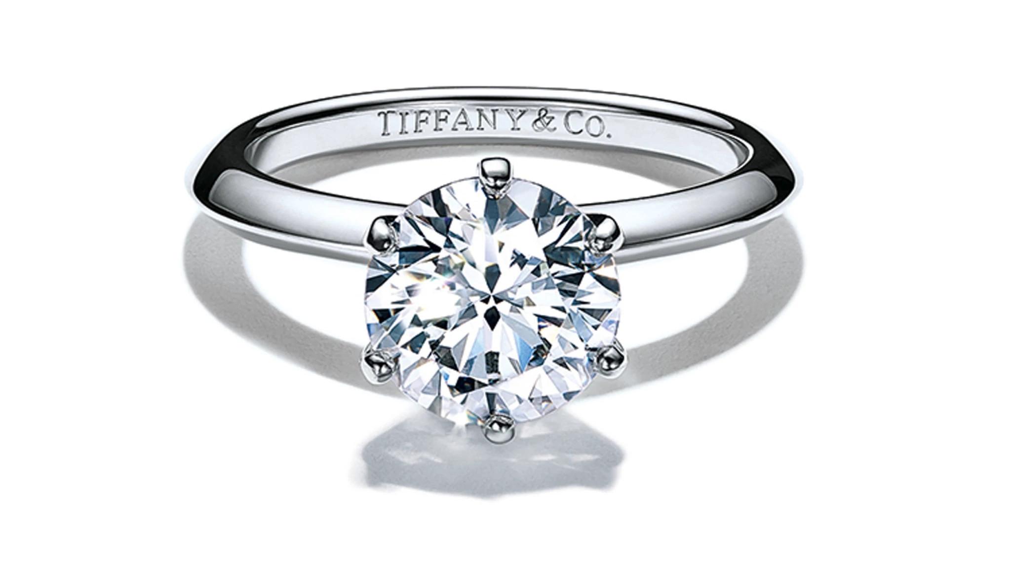 蒂芙尼铂金订婚戒指。