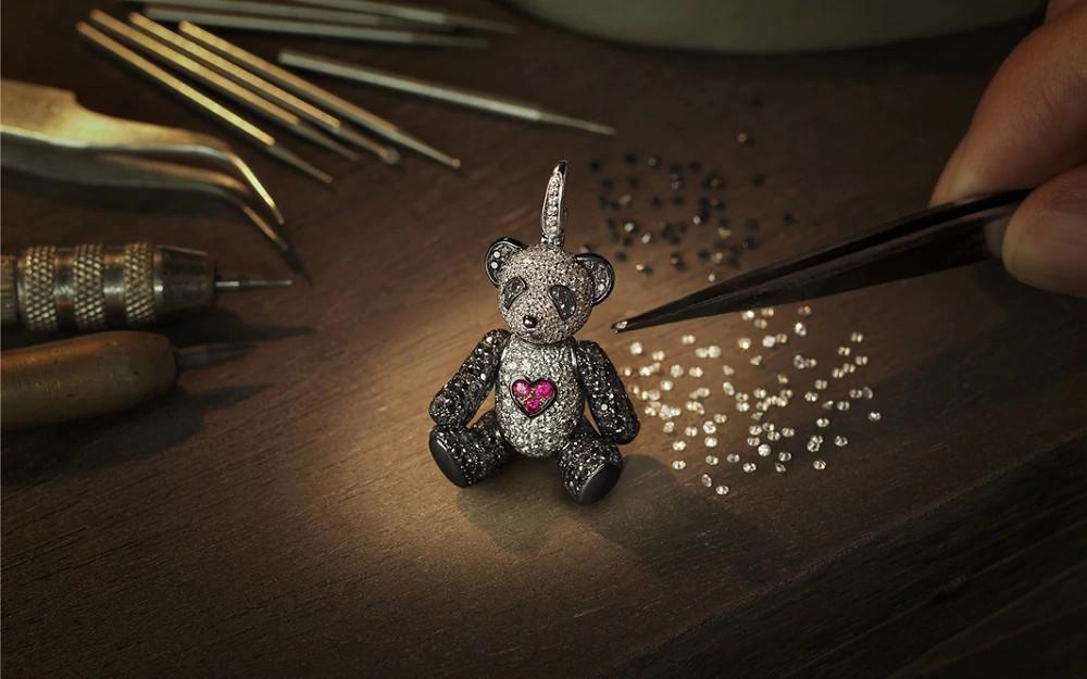 天然钻石和黑钻铺镶的熊猫吊坠