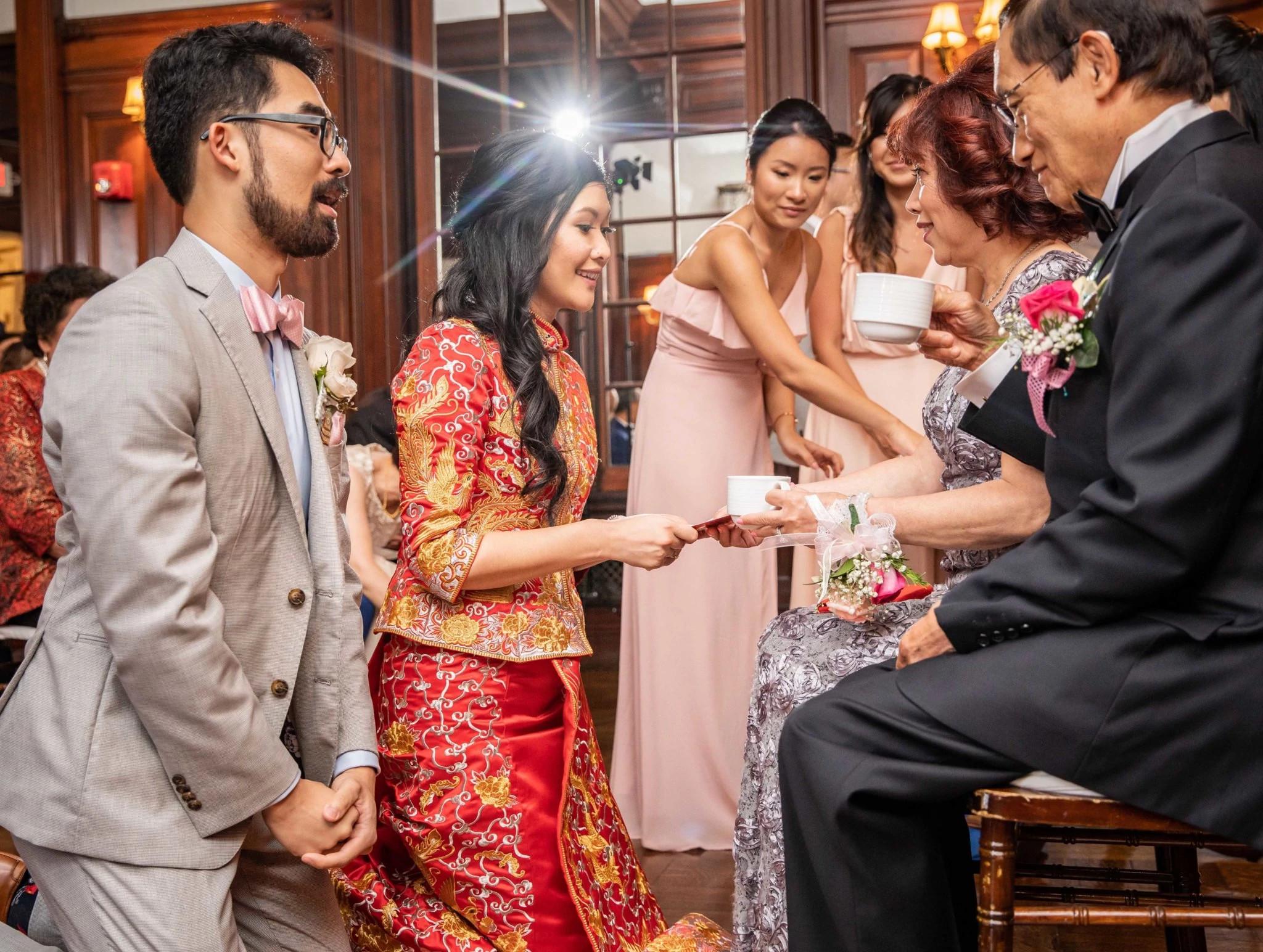 传统中式婚礼上的敬茶仪式