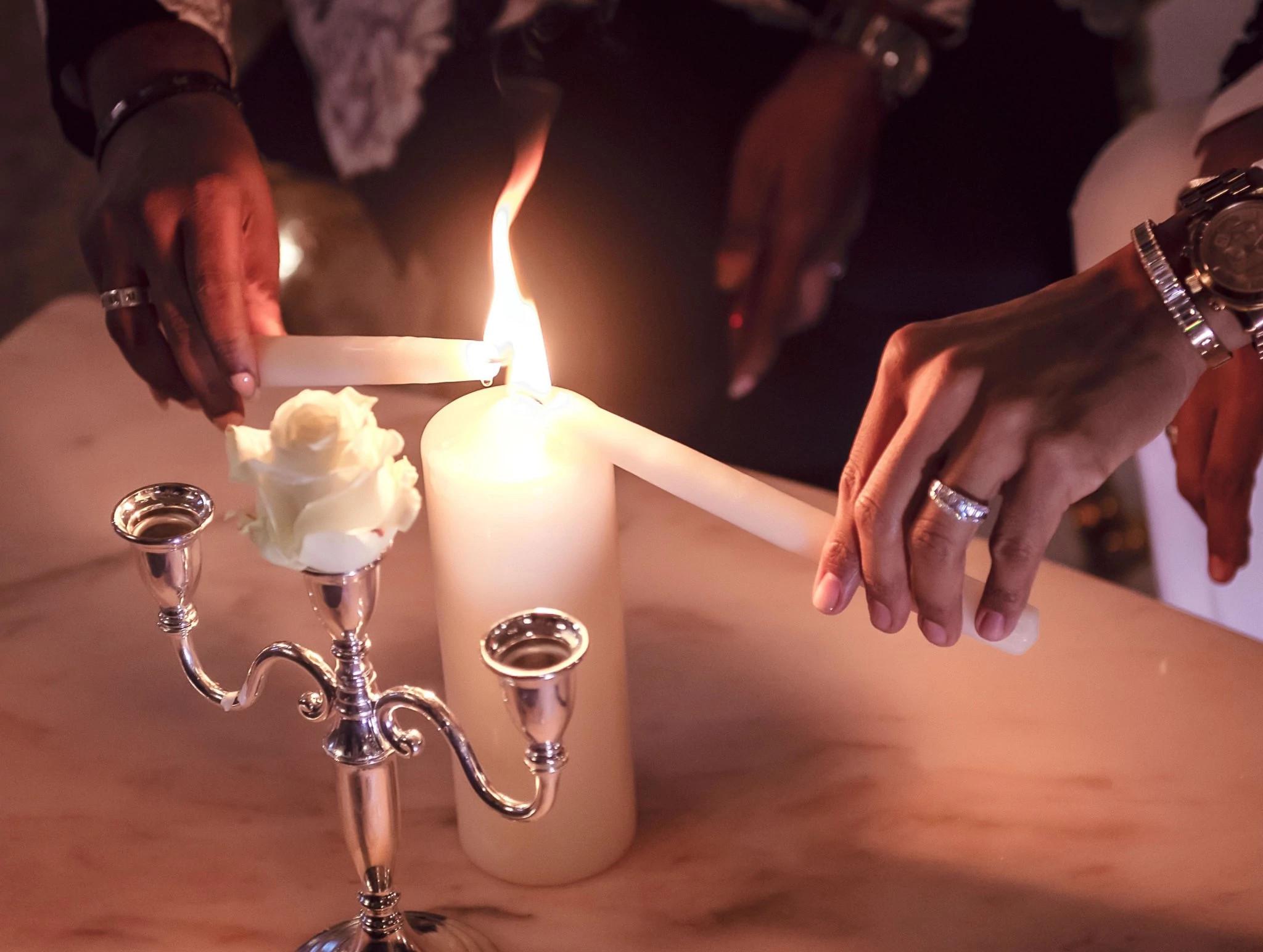大卫和约翰尼婚礼现场点燃了一支代表团结的蜡烛