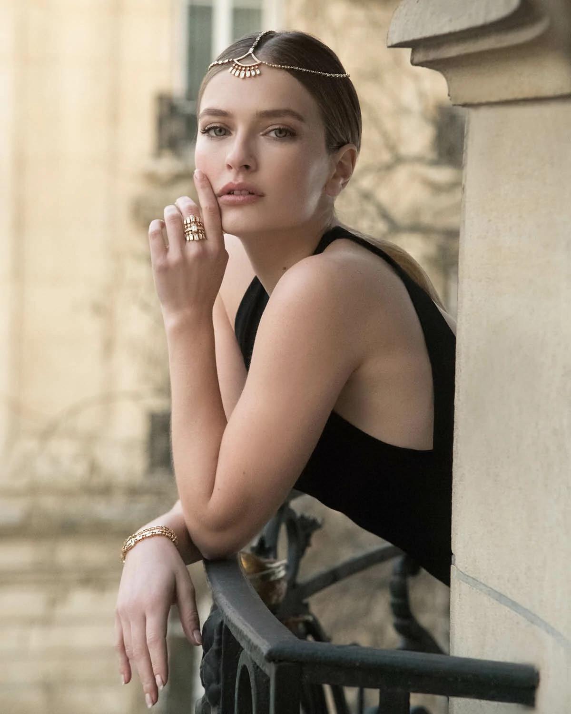 卡米尔·拉扎特佩戴高级珠宝品牌Messika设计师凯特·莫斯设计的珠宝