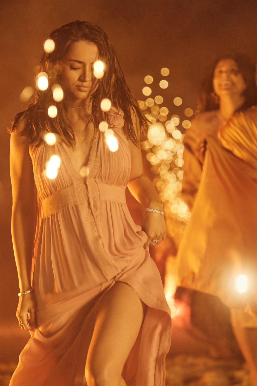 安娜佩戴Suzanne Kalan Fireworks 系列18K金天然钻石手链和颈链