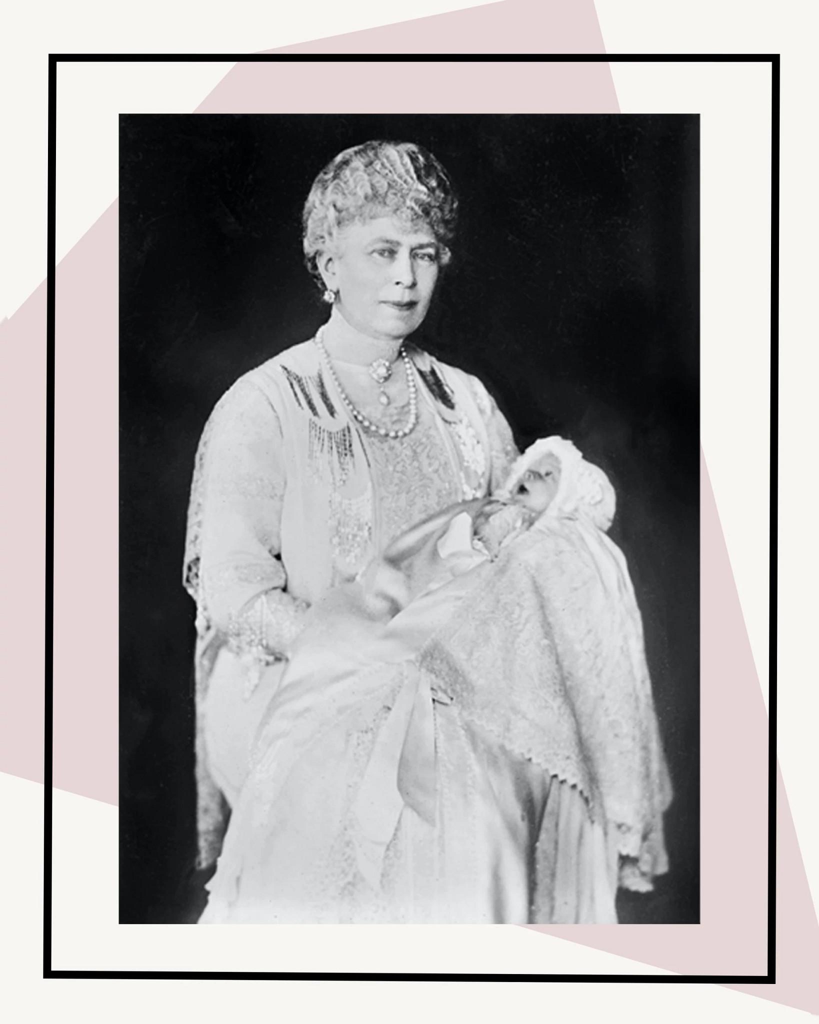 怀抱孙女伊丽莎白二世的玛丽女皇