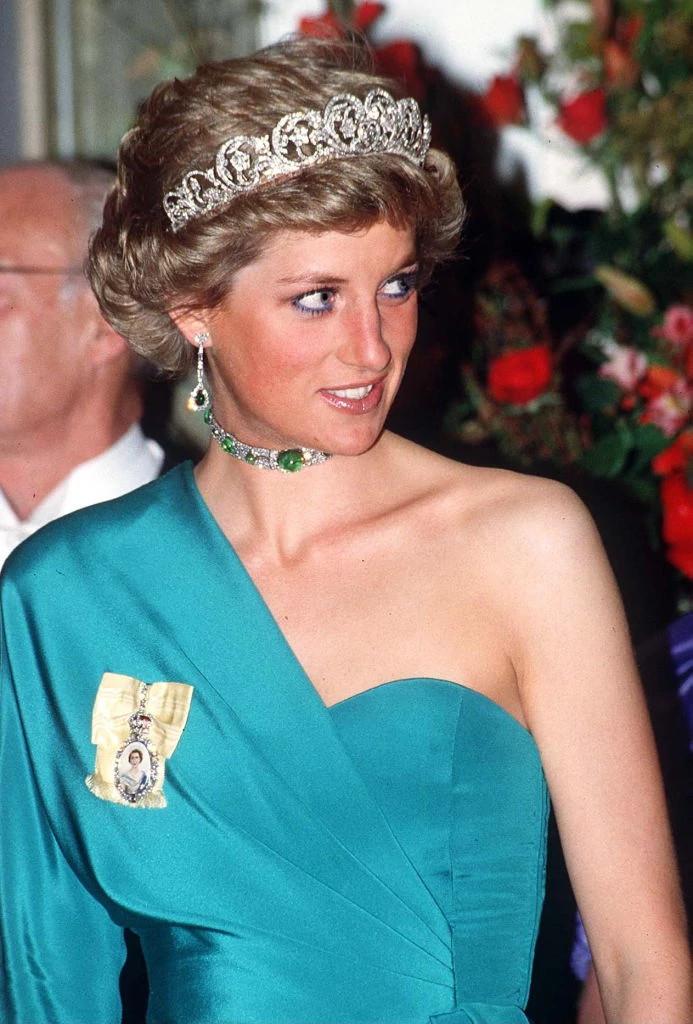 戴安娜王妃佩戴天然钻石颈链