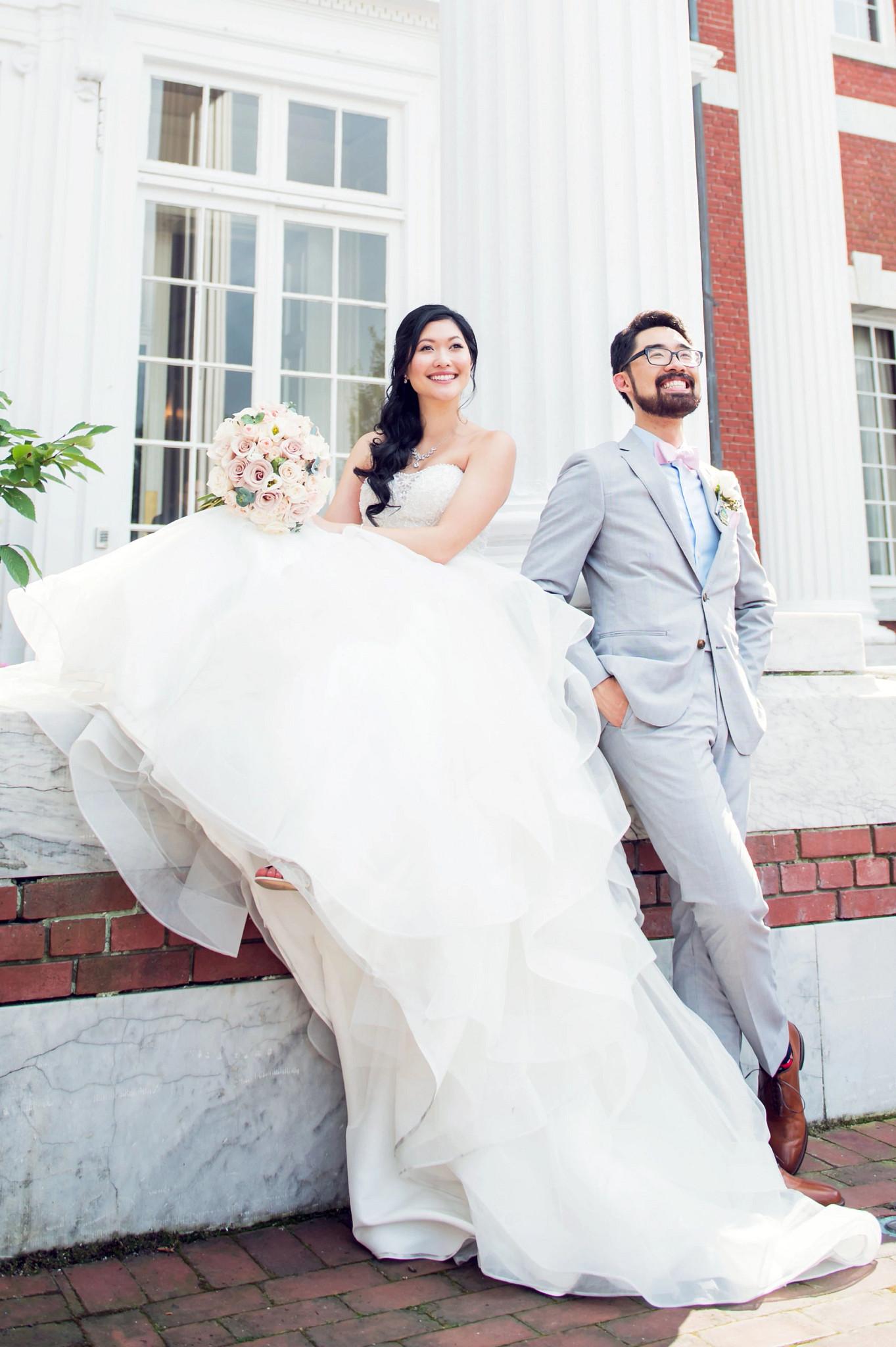 迪娜和凯文在纽约伯恩官邸前拍摄的婚纱照