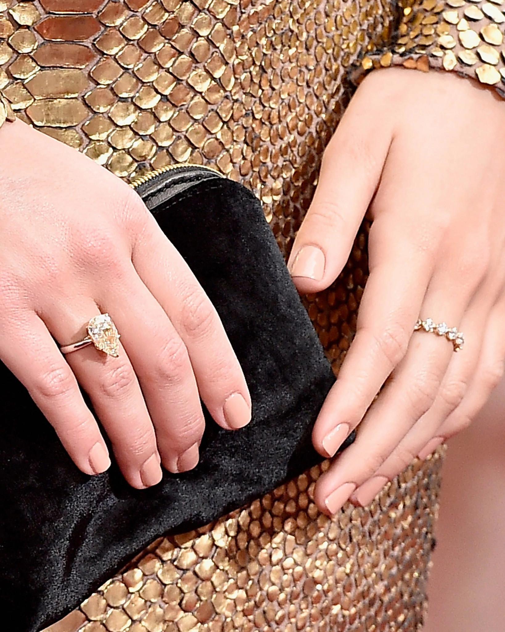 玛格特佩戴Forevermark永恒戒指与梨形单颗天然钻石