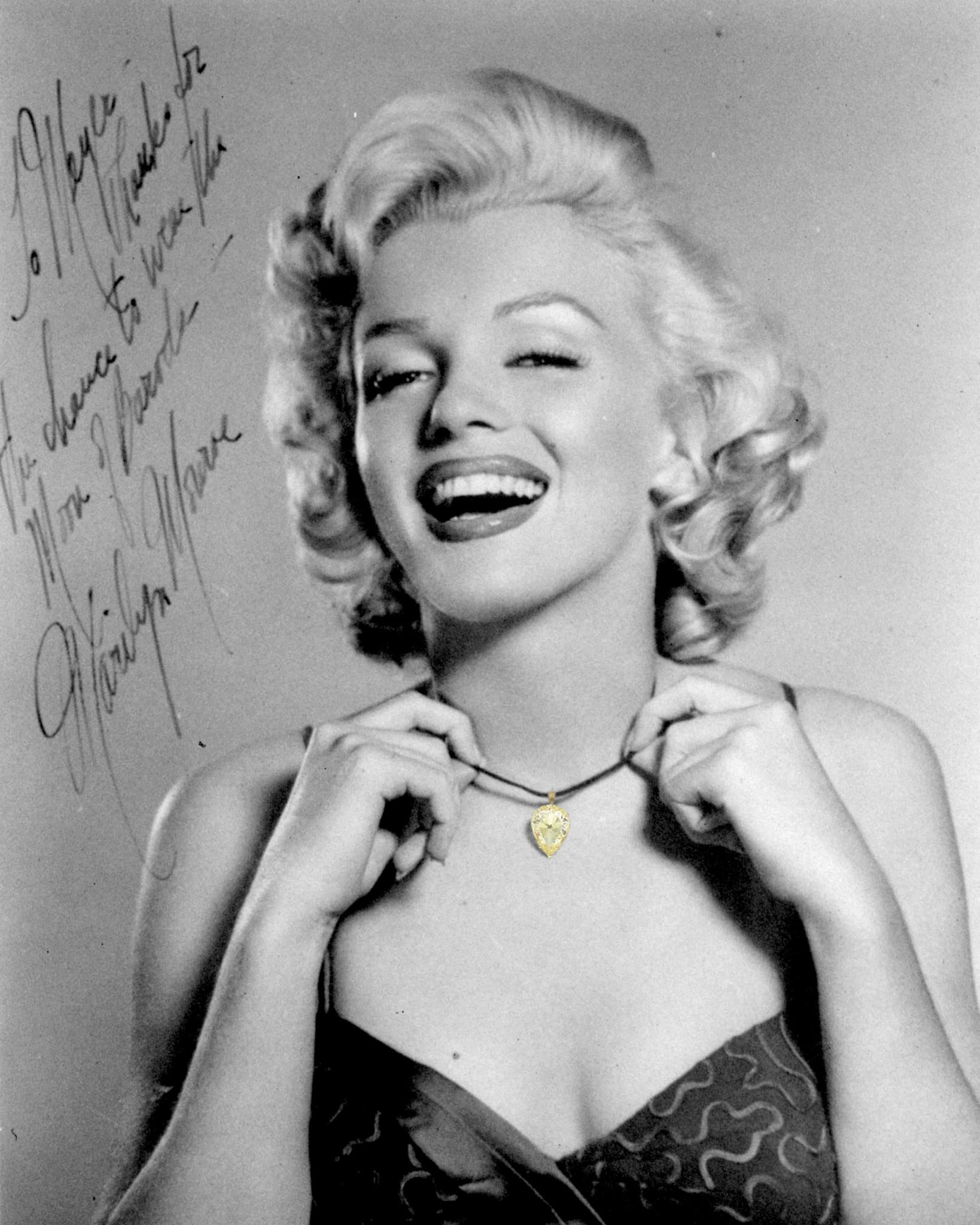 """一张1953年玛丽莲·梦露佩戴""""巴罗达之月""""的亲笔签名照"""