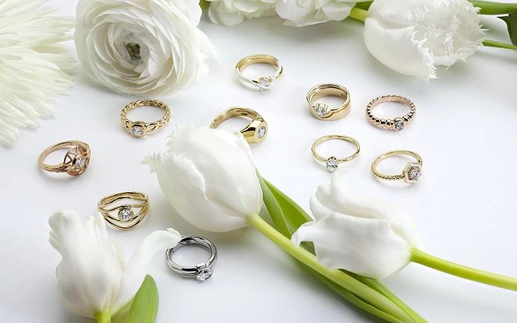 「Ten Ten」新系列中,极简主义与装饰艺术风格天然钻石订婚戒指